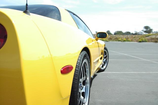 黄色いスポーツカー